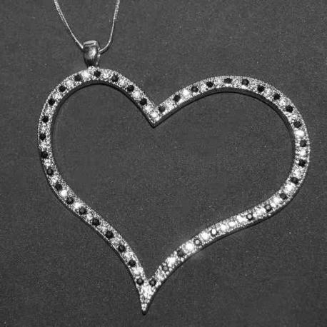 Náhrdelník tvare srdca vykladaný kryštálikmi